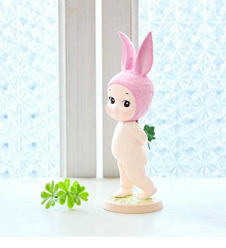 Sonny Angel大師收藏系列天使男孩兔幸運草,博客來活動價2,680元。圖...