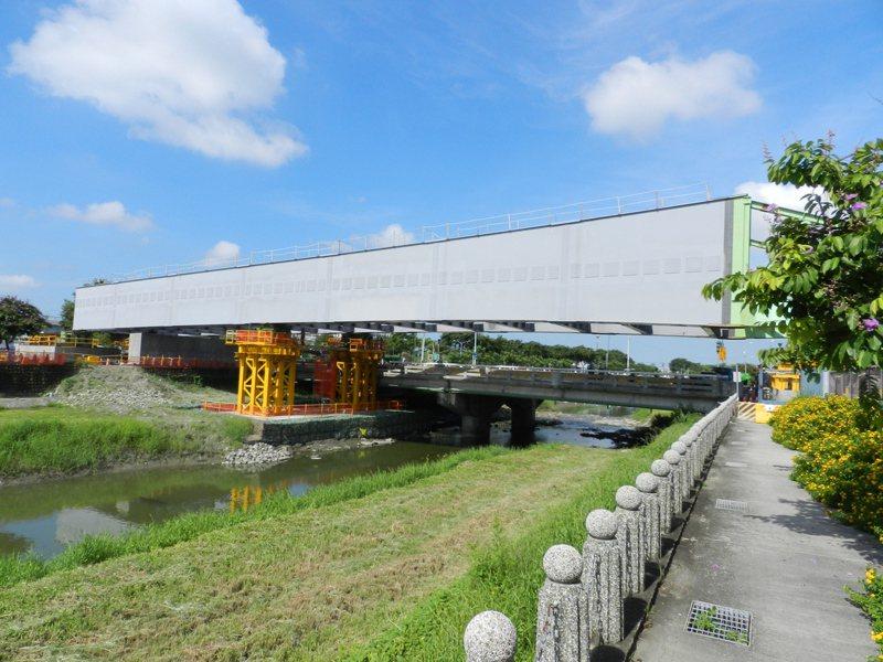 高捷岡山路竹延伸線第一階段土建統包工程疫情期間不停歇,圖為跨溪段。圖/高雄市捷運局提供
