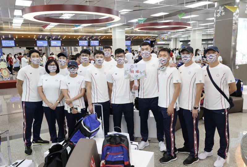 中華代表團出征東京奧運,因選手搭經濟艙、官員搭商務艙引發爭議。。圖為奧運中華羽球隊。  中華羽協提供