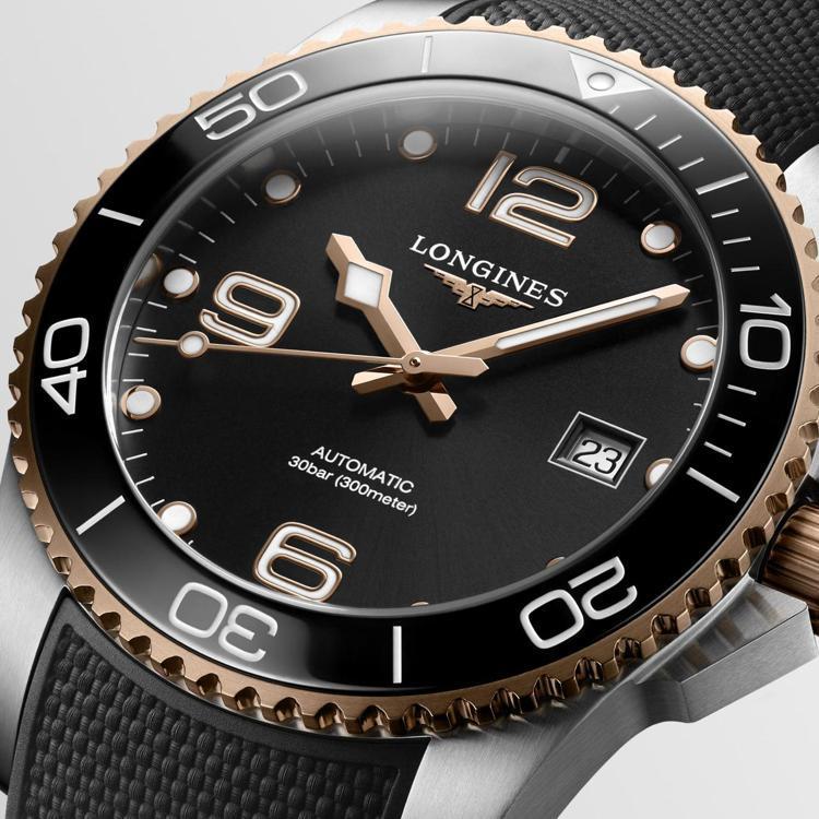 另一款深海征服者HydroConquest腕表,以黑色表面、橡膠表帶,搭配玫瑰金...