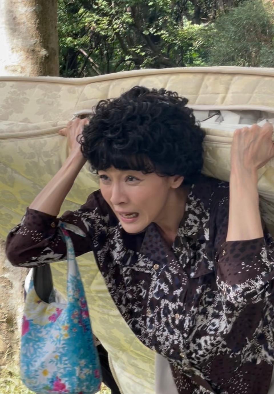 江祖平在「天之驕女」頂捲捲頭被說像「小丸子媽媽」。圖/三立提供