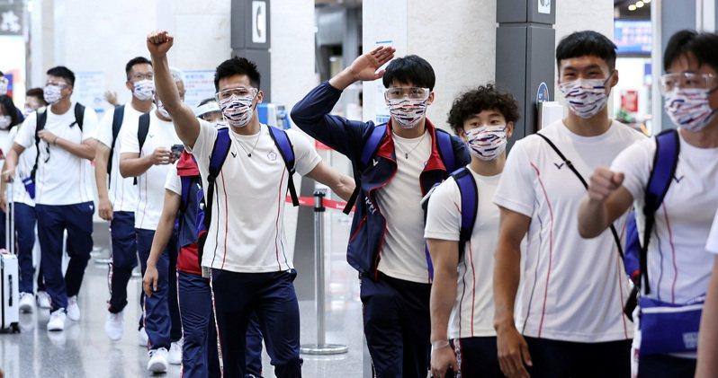 東奧中華代表團昨自松山機場包機前往日本東京,寄予奪牌希望的體操隊李智凱(右五)登機前向送機人員振臂致意。 圖/聯合報系資料照片