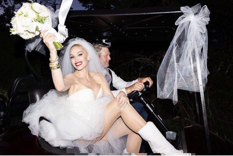 關史蒂芬妮婚紗美照上,配戴特別訂製的十字架形切割永續鑽石項鍊。圖/取自IG @gwenstefani