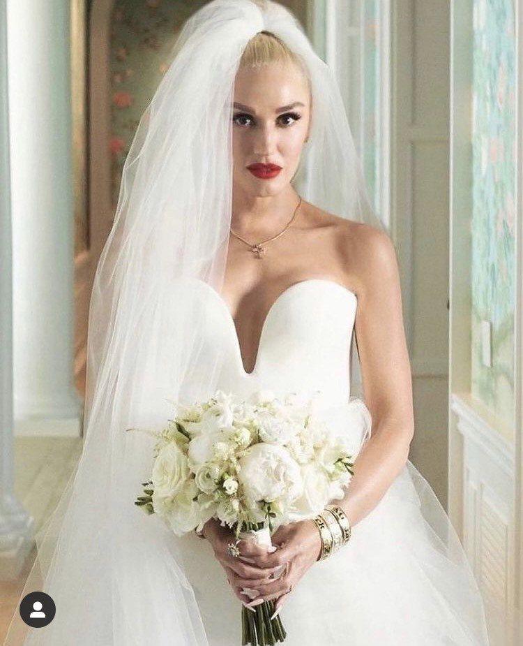 關史蒂芬妮婚紗美照上,配戴特別訂製的十字架形切割永續鑽石項鍊。圖/取自IG