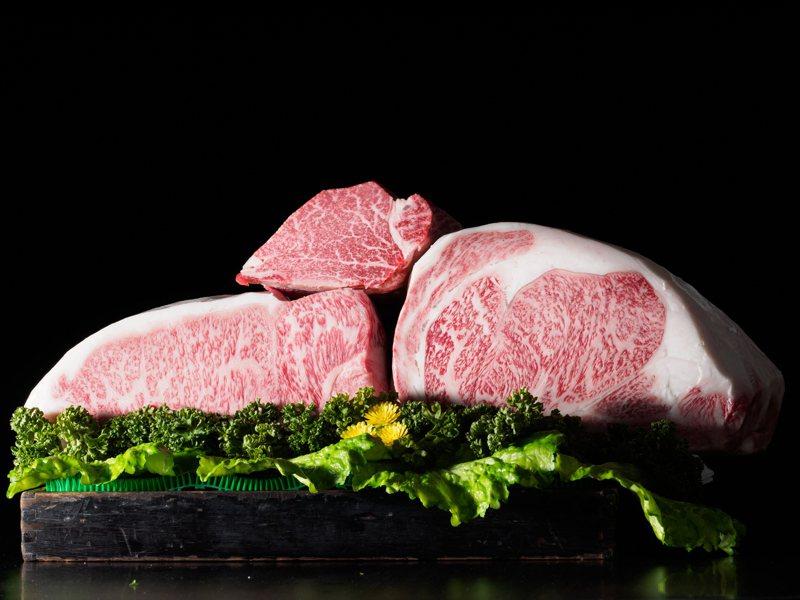 微風超市今年再度推出頂級食材優惠,例如日本A5宮崎和牛,祭出6折優惠,3公斤原價3萬元,特價只要1.8萬元。圖/微風提供