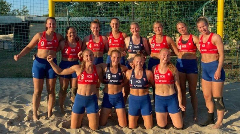 歐洲沙灘手球錦標賽女子組銅牌戰18日由挪威出戰西班牙,但挪威代表隊選手違規穿上短褲應戰,隔天遭歐洲手球總會(EHF)以「不當穿著」為由,一人開罰150歐元,全隊合計吞下1500歐元的罰單。畫面翻攝:Twitter/amalieskram