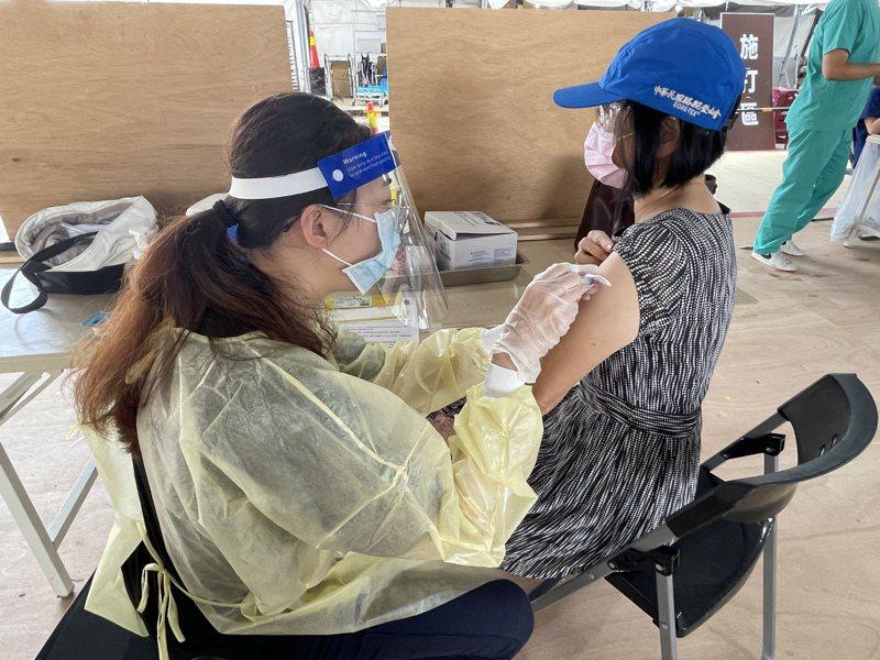 新竹市8座疫苗施打站將於23日起第3輪預約者接種。本報資料照