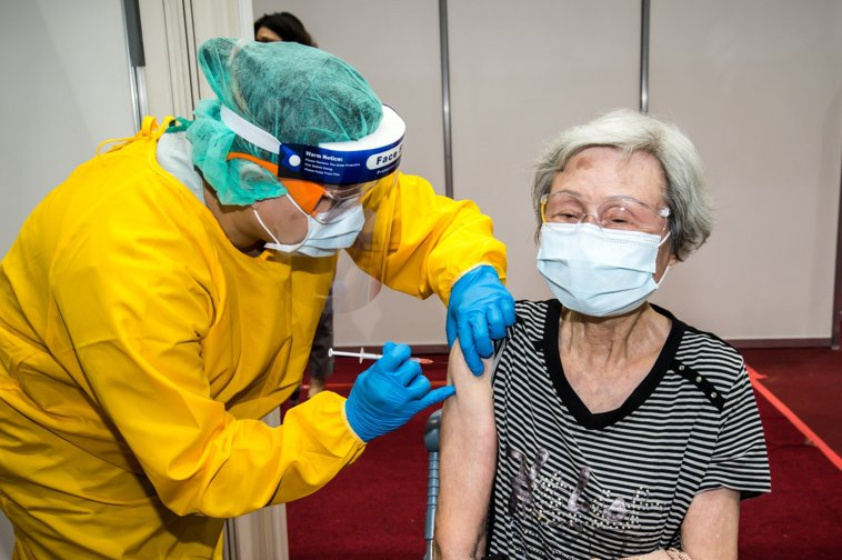 很多長輩之前接獲通去打第一劑疫苗,以為打第二劑時間到了就可以去施打;未料疫苗不足...