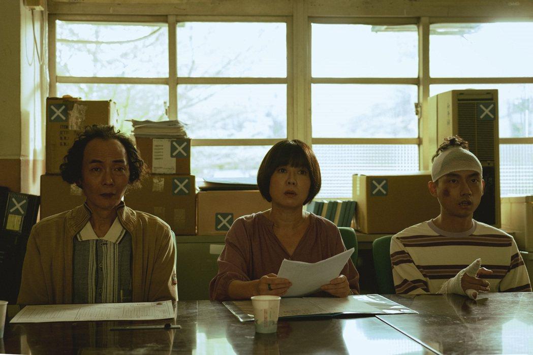 林鶴軒(右起)、苗可麗、陳俊成在「池塘怪談」飾演一家人。圖/金盞花大影業提供