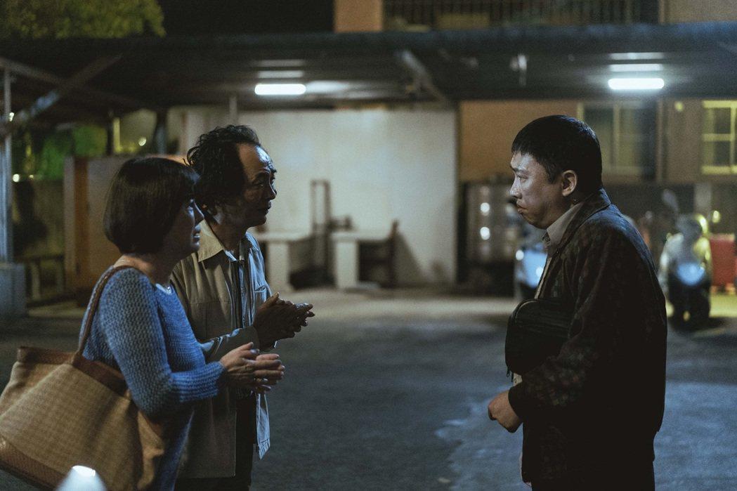 趙正平(右起)、陳俊成、苗可麗演出「池塘怪談」。圖/金盞花大影業提供