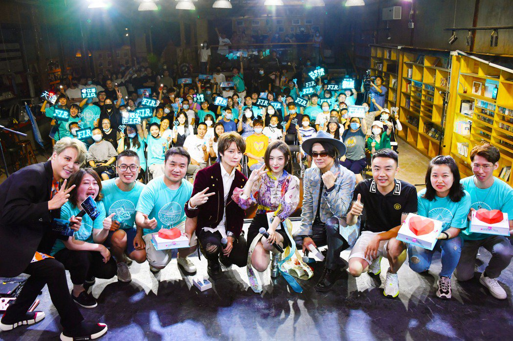 F.I.R.推出新專輯「鑽石之心」,於北京舉辦線上音樂發佈會,並與現場粉絲同歡。...