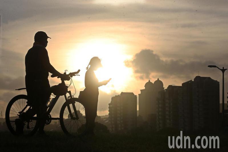 煙花颱風逐漸逼近北台灣,不少民眾趁著颱風來臨前的好天氣,戴著口罩出門透透氣。記者胡經周/攝影