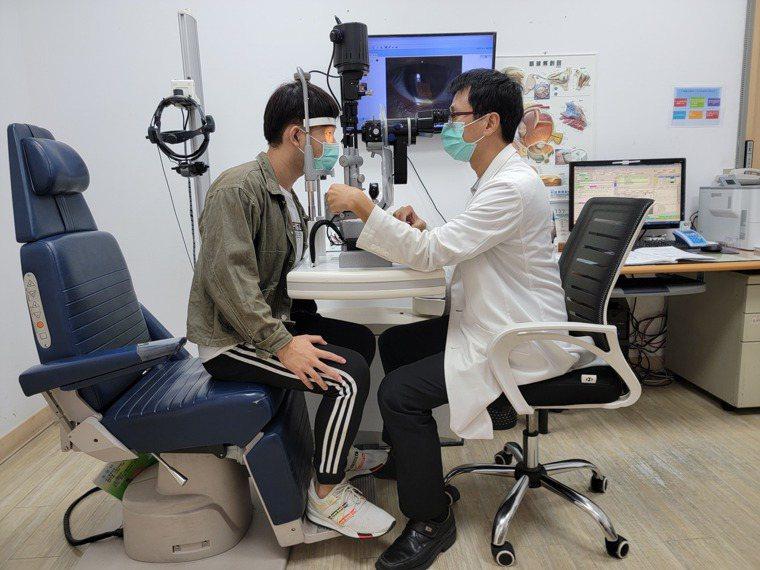 眼科醫師檢查病患眼角膜狀況。圖/新高醫院提供