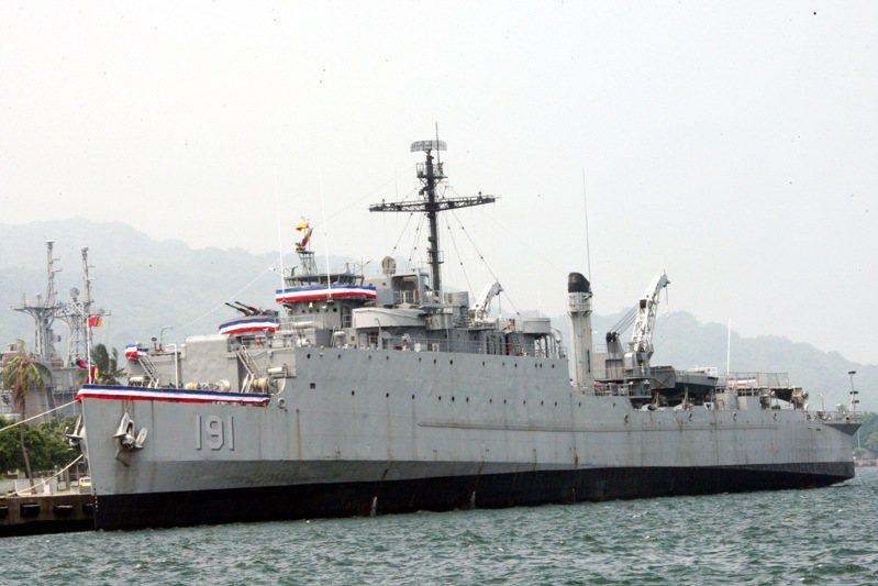 我與印尼購買SUT魚雷分兩批運交台灣,時間分別是1984年5月、1987年5月。兩次都由海軍派遣中正號船塢登陸艦前往印尼,並且派出陽字號驅逐艦護航。中正艦去程時,船塢內搭載援贈印尼的登陸艇。圖/軍聞社提供