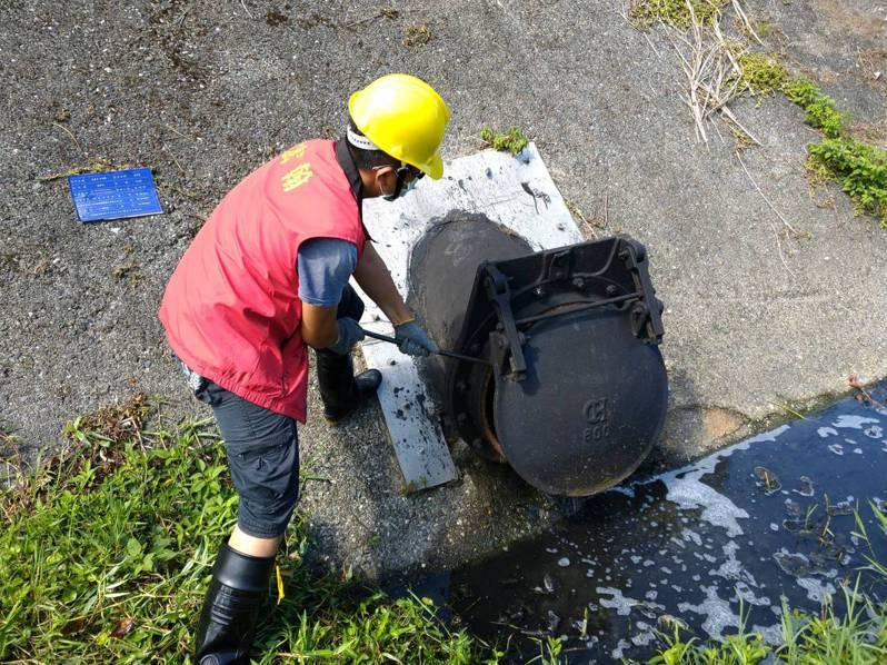 水利局人員進行水門檢查。圖/新北市水利局提供