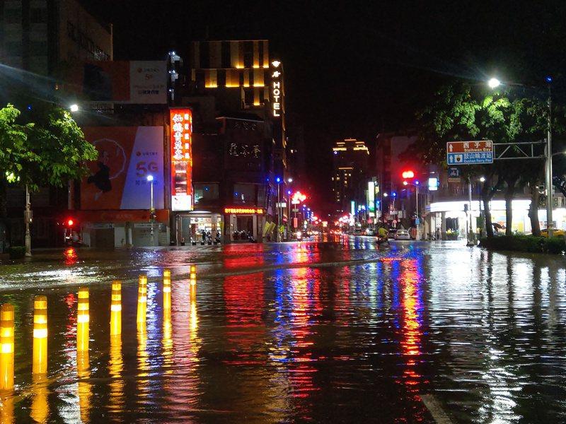 鹽埕區中正四路歷史博物館前,水淹半個輪胎高。記者張議晨/攝影