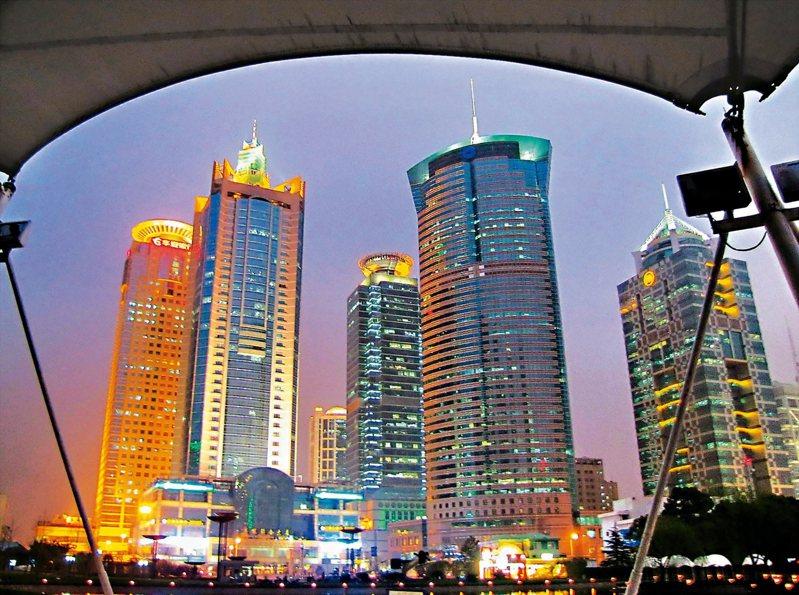 大陸進一步探索開放資本帳,上海打前鋒。圖為上海陸家嘴的金融貿易區夜景。(本報系資料庫)