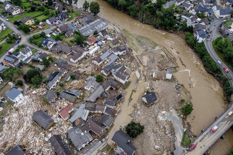 西歐近日降下近一世紀創紀錄豪雨,導致德國西部多處水災。圖為德國西部萊因法耳次邦舒爾德村阿爾河暴漲沖毀房屋。(美聯社)