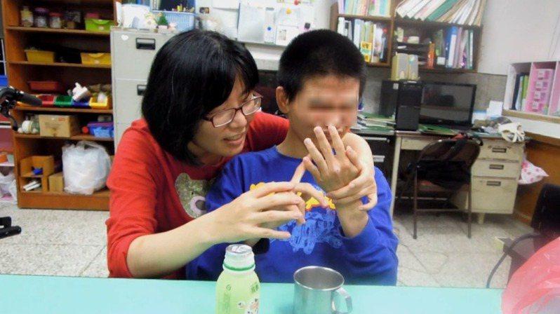 台中市私立惠明盲校教師羅綉靜(左)獲頒今年師鐸獎。圖/教育部提供