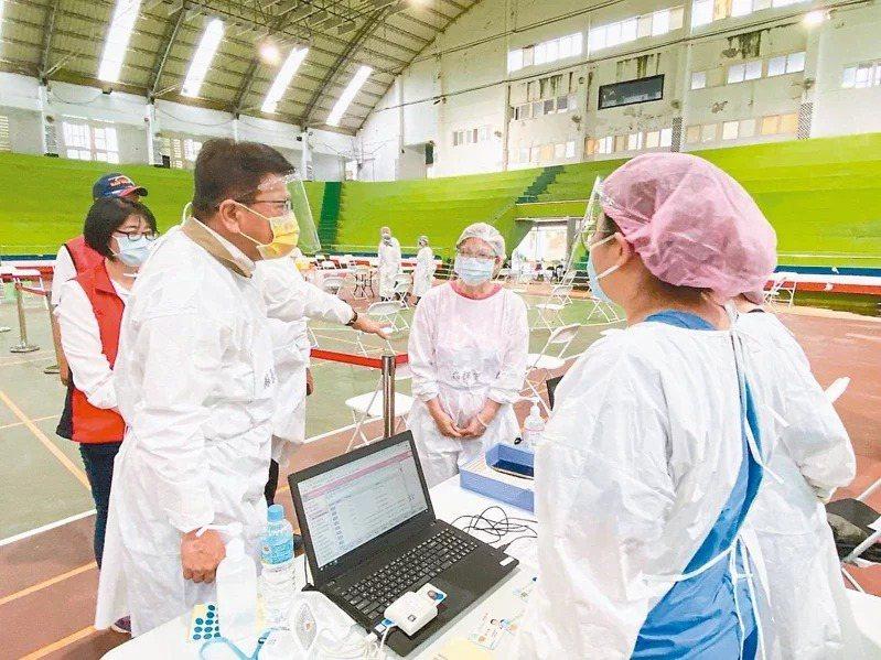 國小教職員19日起開始預約施打新冠肺炎公費疫苗,總共有14萬3588人在造冊名單中。圖為公費疫苗施打示意圖。本報資料照片