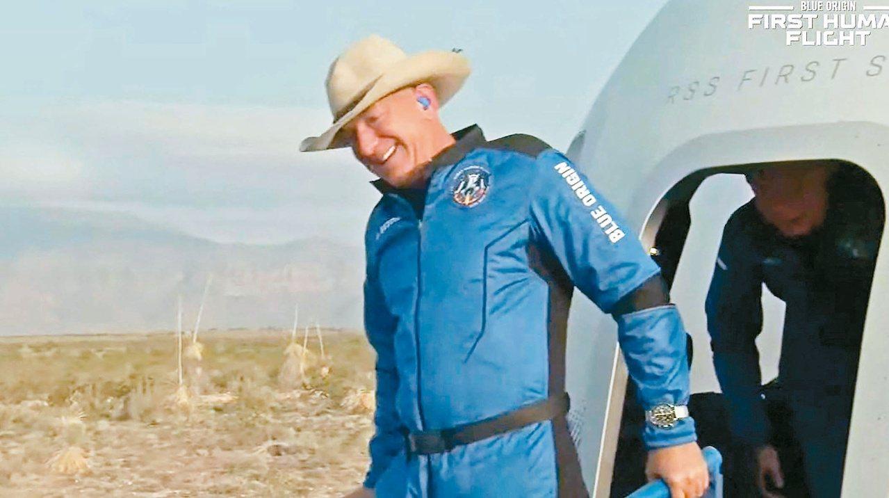 贝佐斯升空 首次无驾驶员太空之旅 比布兰森飞得更高