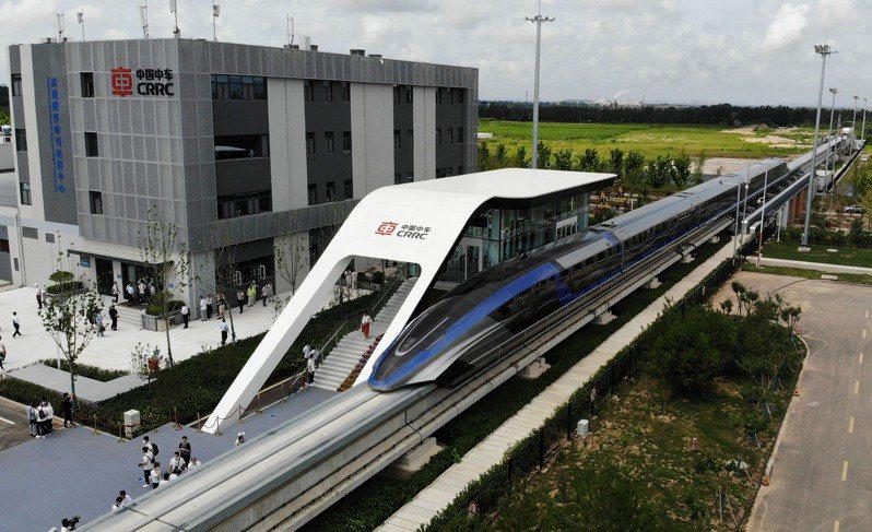 大陸高速磁浮交通系統正式亮相,為全球首套設計時速達600公里的高速磁浮交通系統。(新華社)