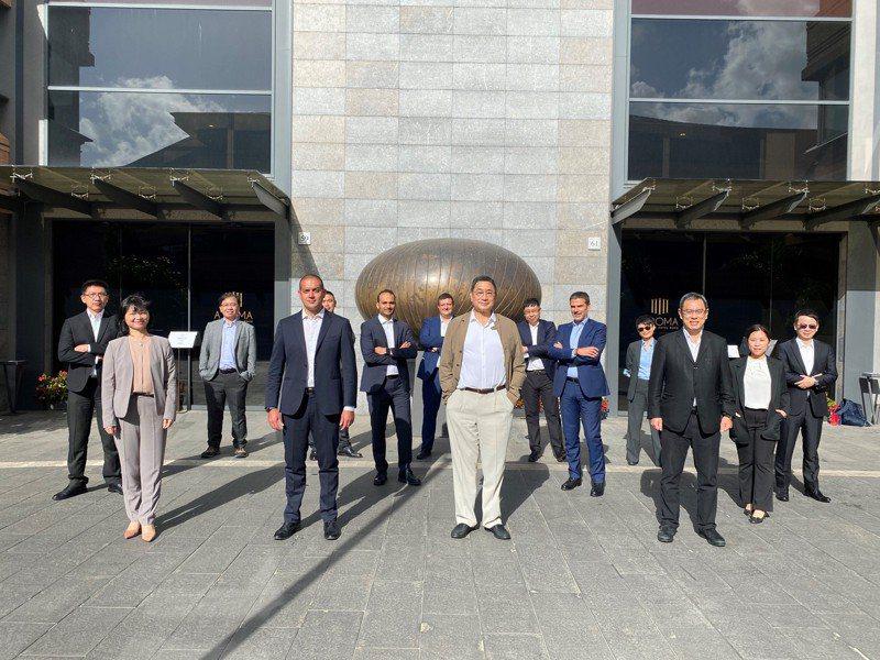 台泥企業團董事長張安平(中)與總經理李鐘培(前排右一),與新夥伴NHΩA CEO Carlalberto Guglielmi。(圖/台泥提供)