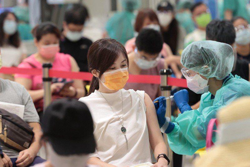圖為台北市在花博爭豔館接種站施打疫苗情形。記者蘇健忠/攝影