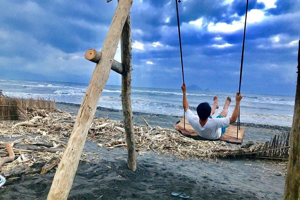 原本充滿漂流木和海漂物的海景鞦韆。 圖/幸福果食 提供
