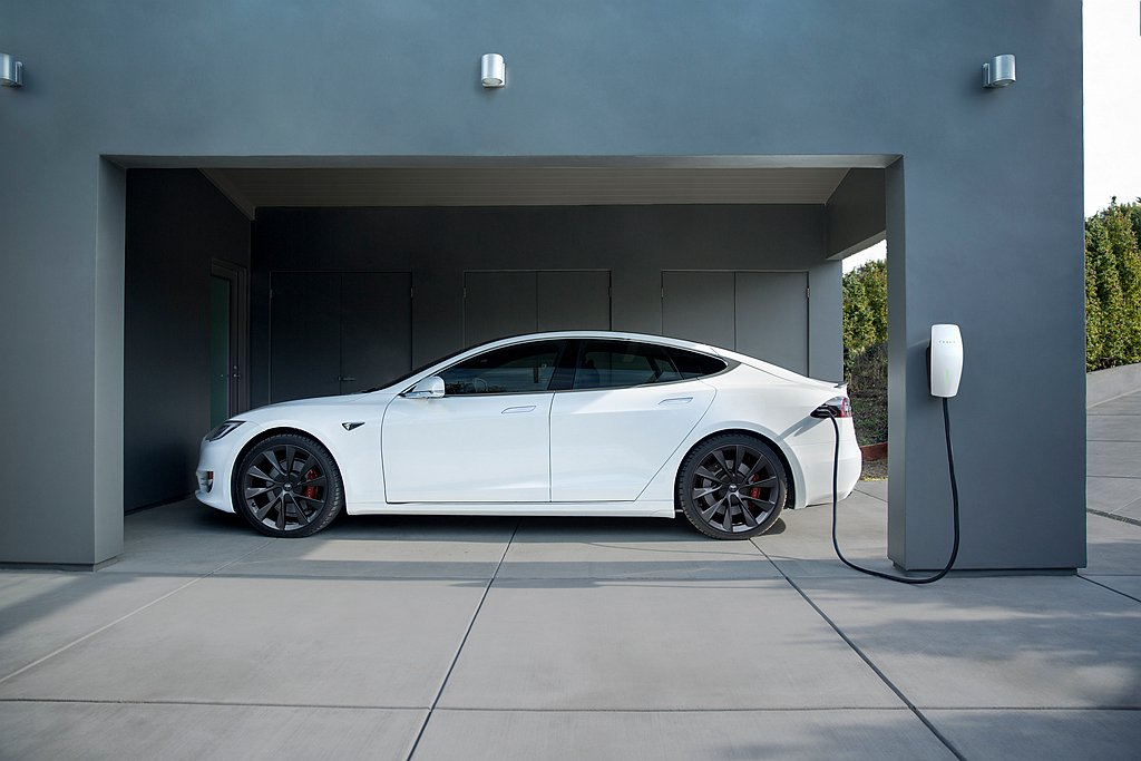 「滿電出門」套裝為適應特斯拉新車將轉換至CCS2充電規格,新車主可依自家環境選擇...