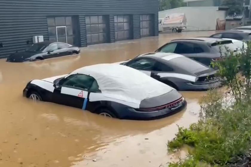 德國大水來襲,淹沒當地的保時捷經銷商。 圖/摘自影片