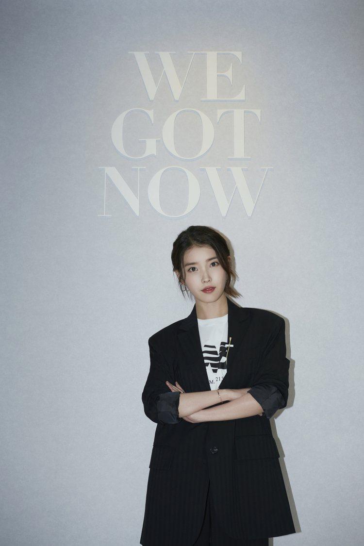 運動時尚品牌New Balance相中IU李知恩的魅力與高人氣,宣布邀請她擔任品...