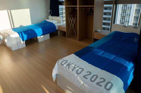 為呼應東京奧運的可持續性計畫,所有的床架採用可回收的紙板製成。圖/摘自推特