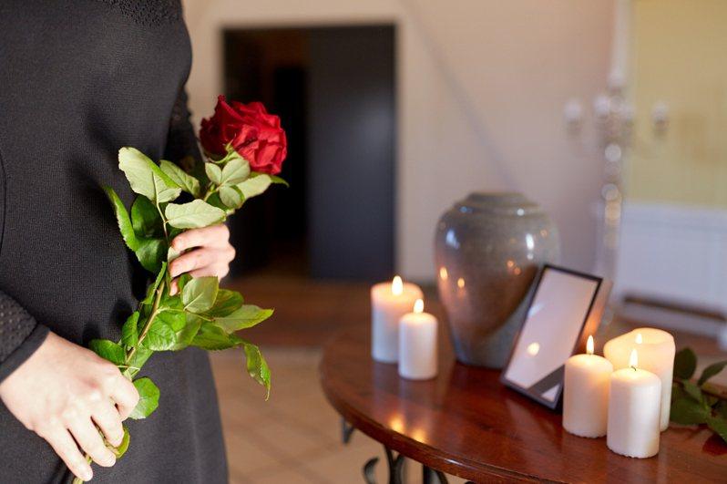 作者分享自己在火葬場工作的所見所聞,有家屬要求將媽媽的骨灰分一半。圖片來源:Ingimage