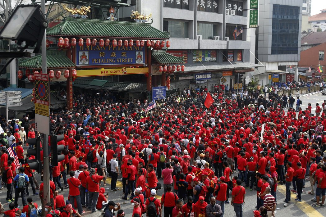 2015年9月16日,身穿紅衣的馬來人紅衫軍在吉隆坡召開「馬來人尊嚴集會」,力挺...