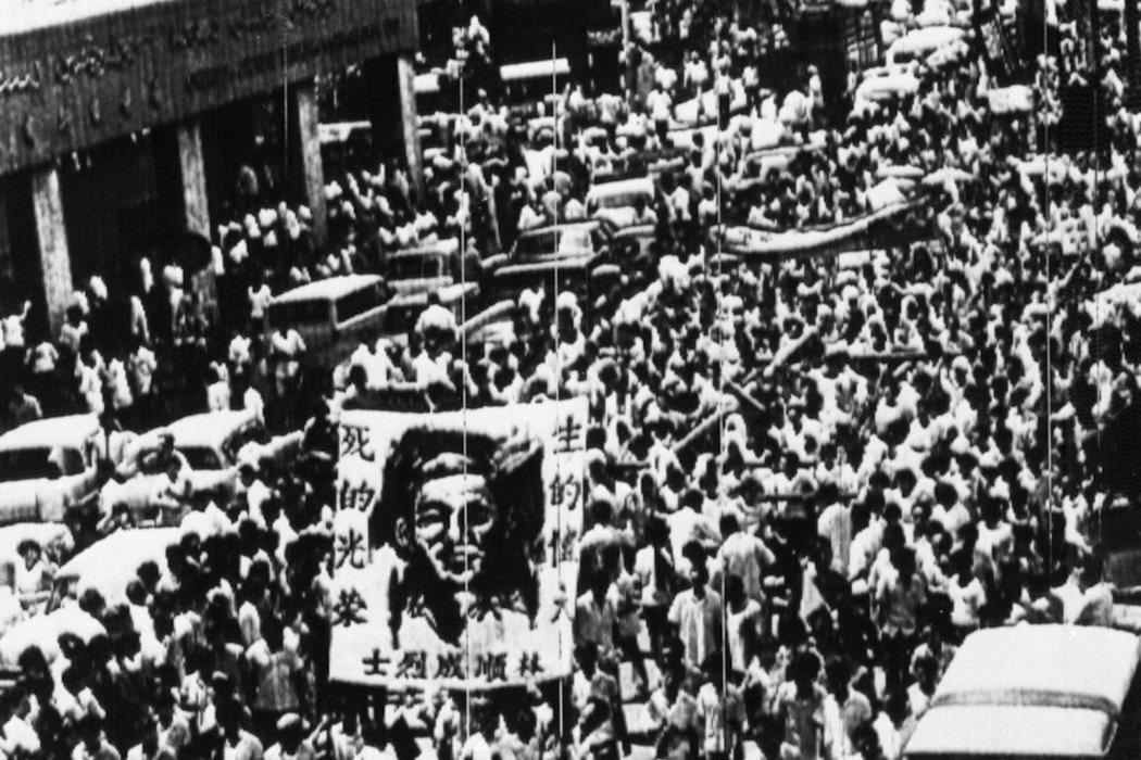 1969年5月4日,甲洞勞工黨黨員林順成被警察射殺,民眾在5月9日手持林順成的肖...