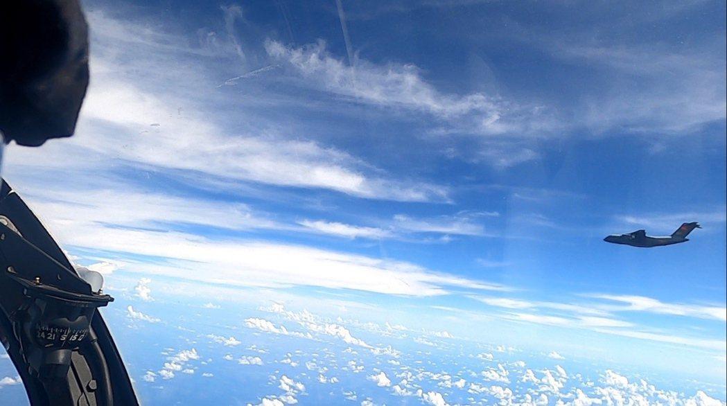 5月30日,圖為中國軍機在馬來西亞沙巴州哥打京那巴魯上的海區領空被發現。 圖...