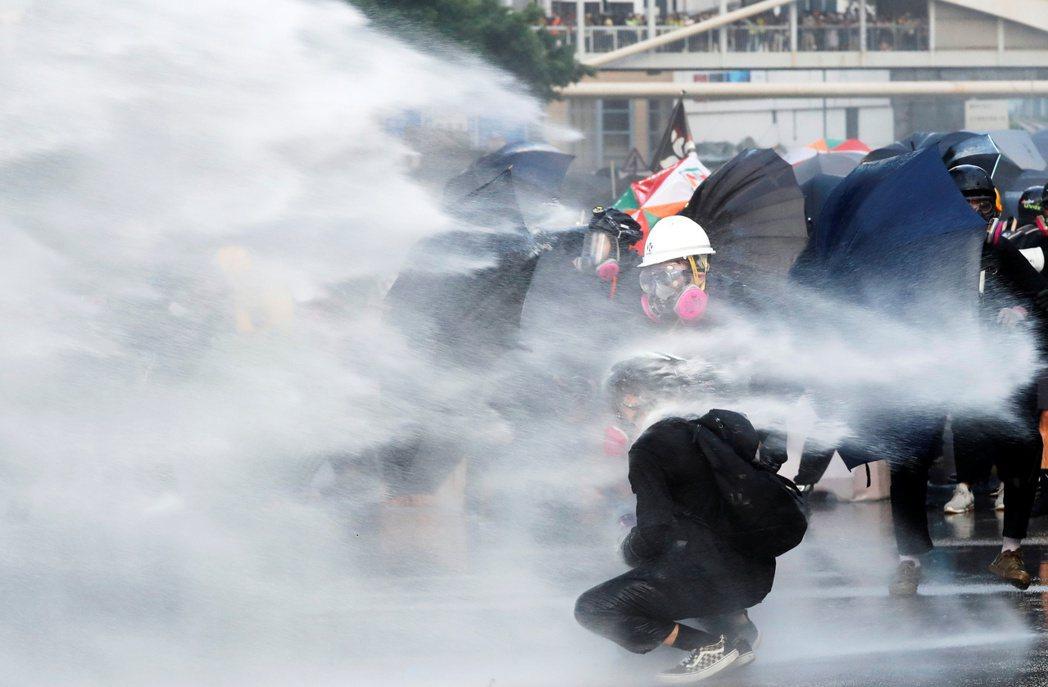 外界不解的其中原因在於過去上街抗議的大馬華人也曾經歷過政府無情鎮壓,但為何不能理...