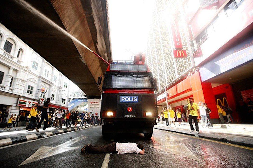 圖為2012年一場淨選盟遊行集會中,大馬民眾上街要求政府選舉改革,其中一名示威者...