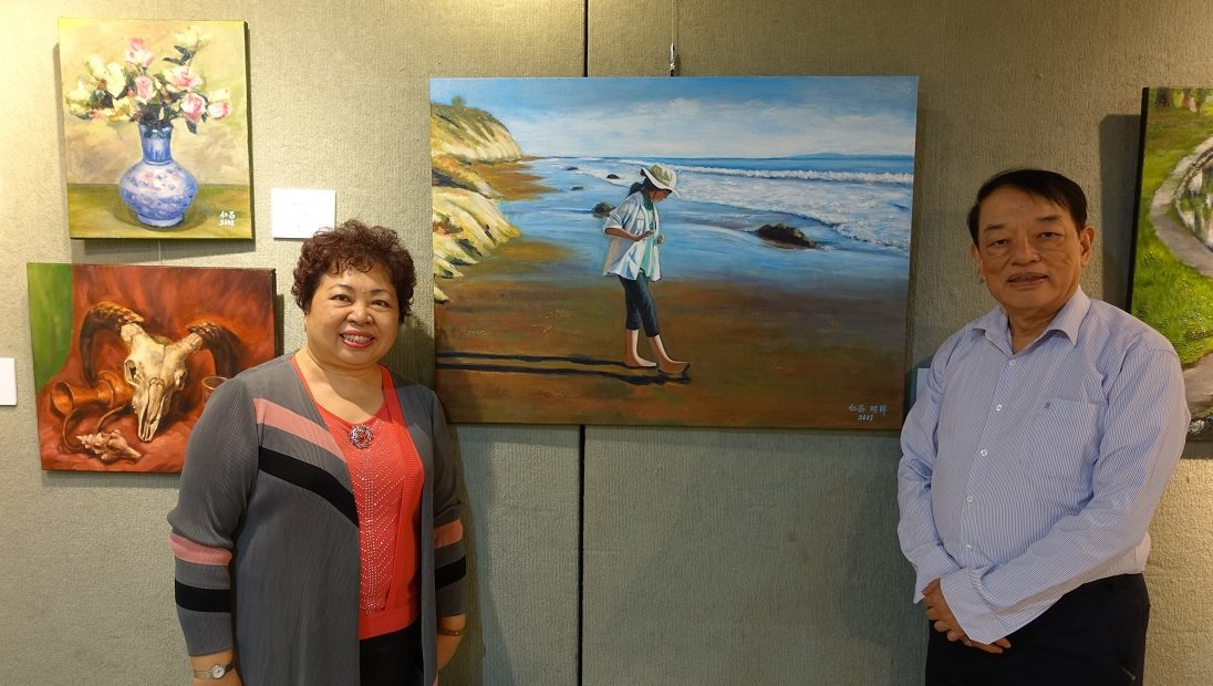 退休夫婦廖仁昌(右)與范明眸(左)聯手繪製《聖塔芭芭拉海灘少女》。 圖/胡乃云 ...