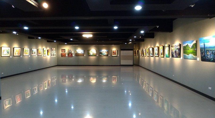 廖仁昌(右)與范明眸(左)於師大德群畫廊展出四十幅畫作,圖為展場一隅。 圖/范明...
