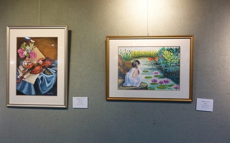圖中左幅畫作為《戀戀小提琴》。 圖/胡乃云 攝影