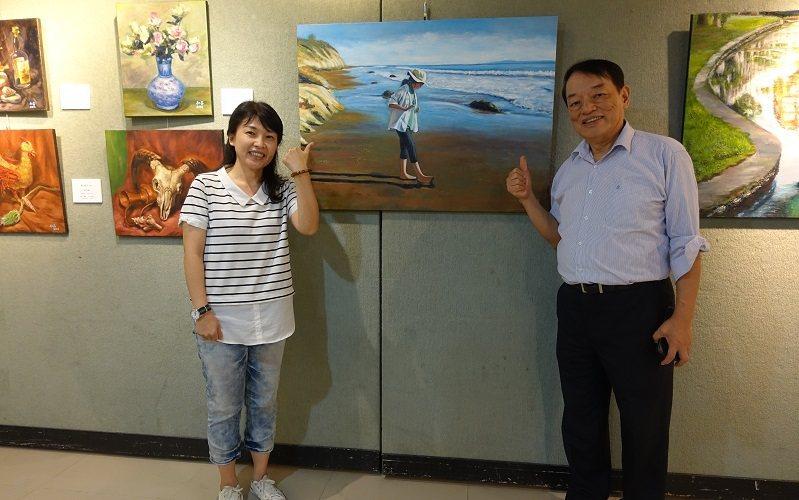 指導老師賴瑋綺(左)出席畫展,與廖仁昌(右)和《聖塔芭芭拉海灘少女》一同合照。 ...