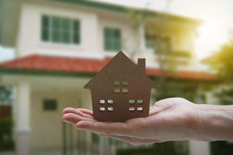 一名網友賣掉舊公寓,因此身上多了300多萬,但不知道該如何運用,目前只想到繳清房貸和放定存兩個選擇,於是想問問網友們的建議。圖/ingimage