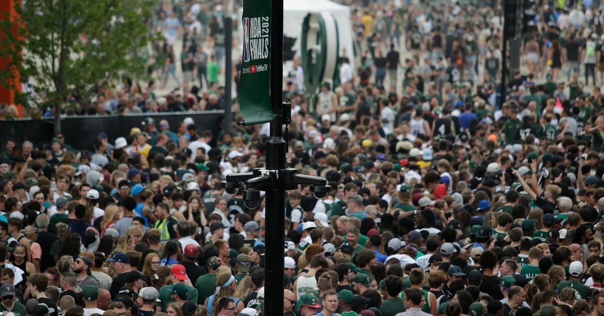 人潮见证公鹿封王塞爆场外 民众直呼热闹堪比时代广场
