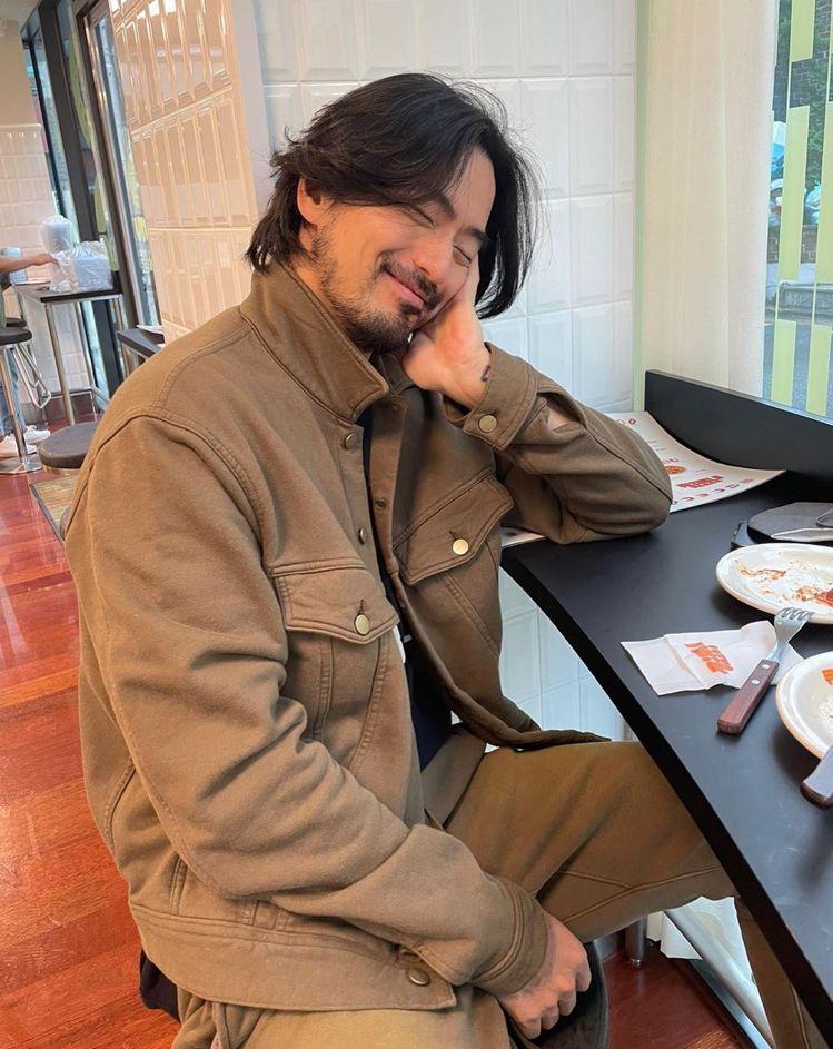 李陣郁在IG的咖啡館下午茶照,不改頹廢風格。圖/取自IG