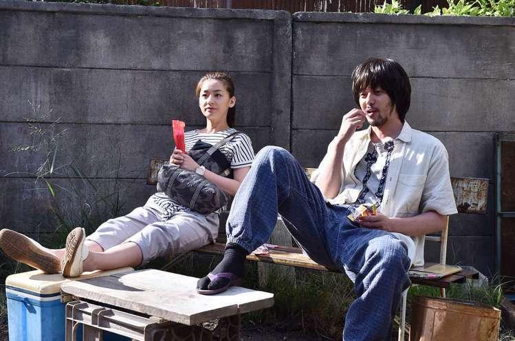 小田切讓在日劇《糖果之家》演出廢材,與尾野真千子對戲。圖/取自TBS電視頻道