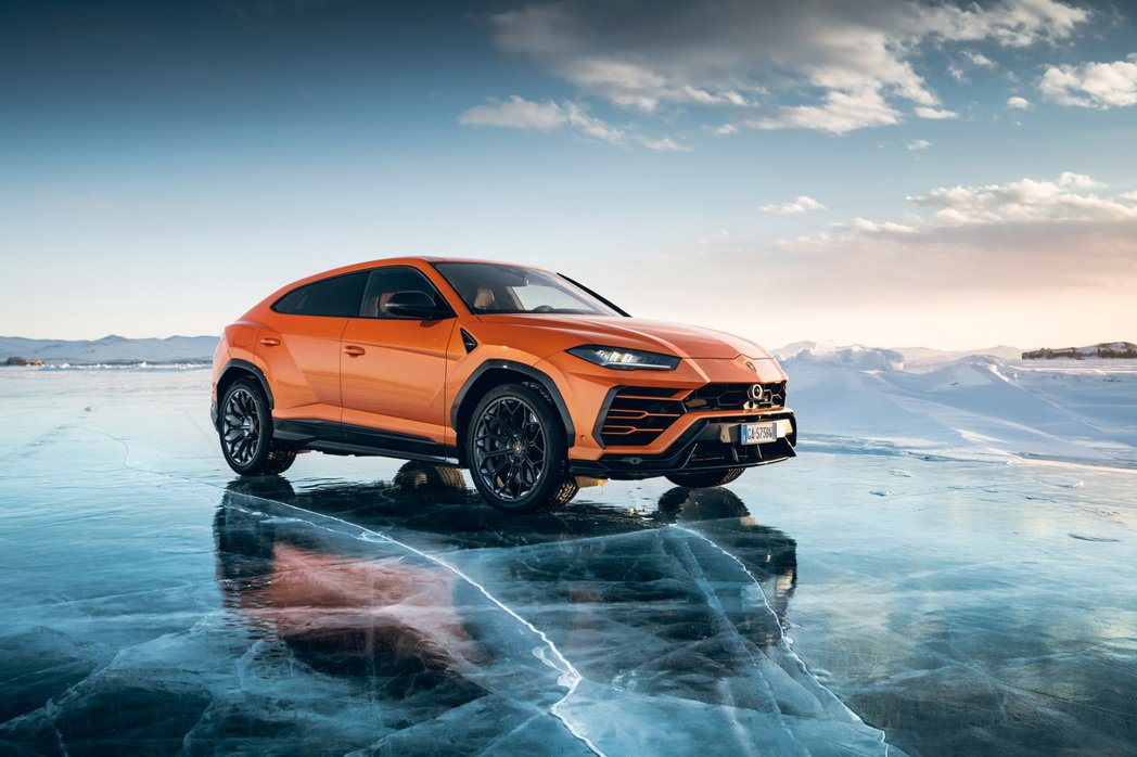 Urus在俄羅斯貝加爾湖的冰凍湖面上以298 km/h的速度行駛創下紀錄。 摘自...