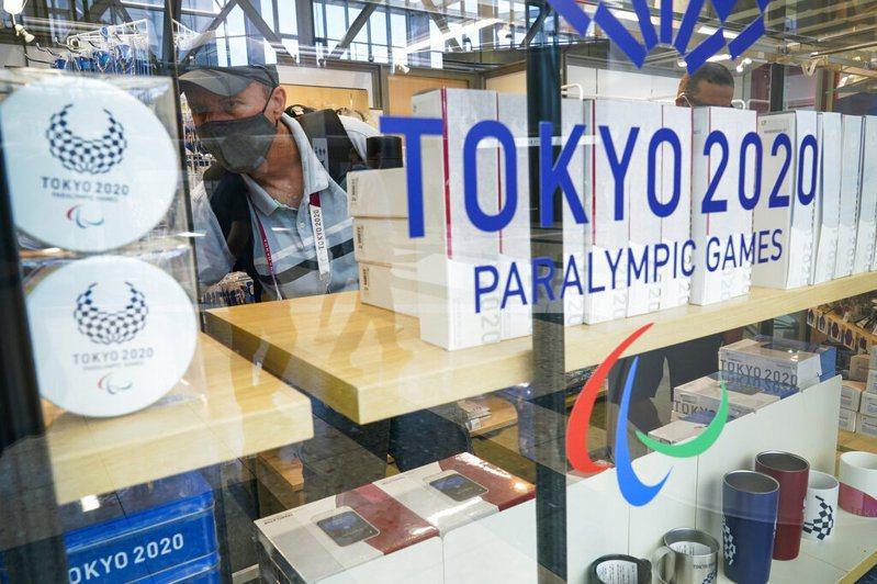 東京奧運即將在2021年的現在拉開序幕,不過細看會發現,不論是會場看板,運動員標誌、員工制服、選手村視覺等,全部都「照舊」以東奧2020命名。 美聯社