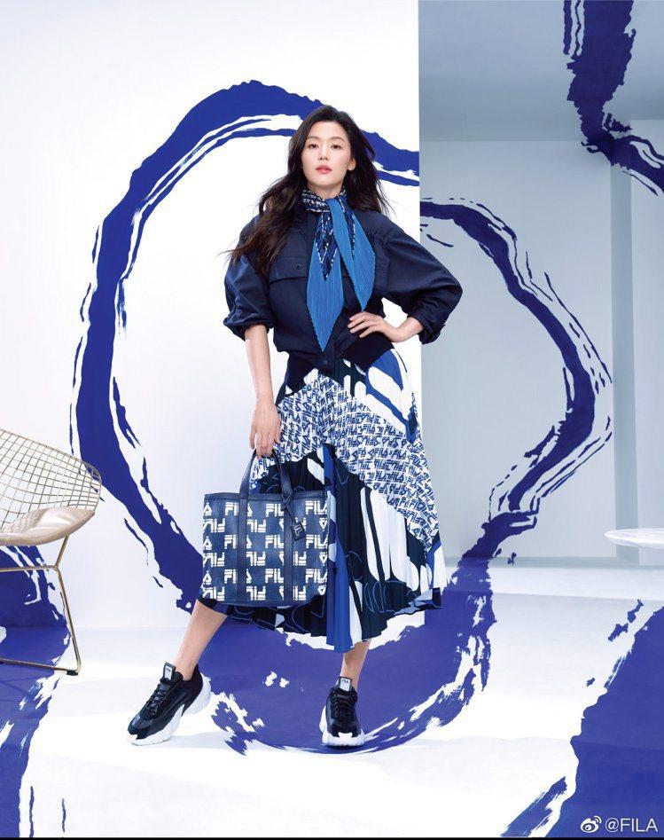 中國FILA邀請了全智賢擔任品牌代言人,率先曝光的形象照,雖然還是過去的長髮波浪...